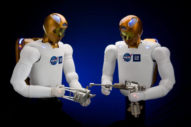 Les robots vont d'abord travailler dans des lieux difficiles à atteindre ou dangereux comme les Robonaut 2 dans l'espace.